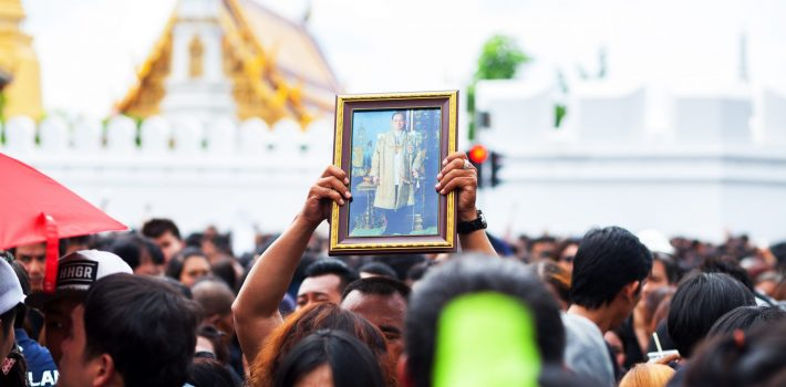 Holding up image of King Bhumipol